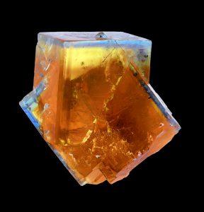Un minéral : ici deux cristaux de fluorine.