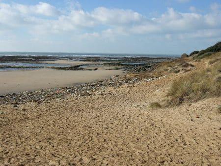 Le plage du Veillon (Vendée), où a été trouvées des empreintes fossilisés de dinosaure.