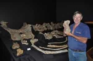 David Elliott tenant un orteil fossile de Savannasaurus elliottorum.